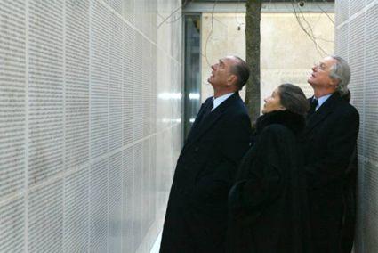 Jacques Chirac & Simone Veil vor der Mauer der Namen in Paris
